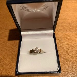 14k white gold diamond ring. stone weight.0.57kt